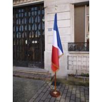 DRAPEAU FRANCE 100x150cm Satin luxe 2.60m + socle